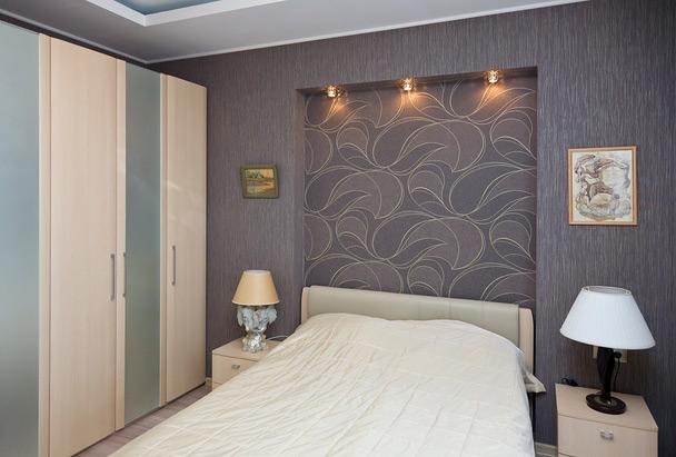 Комбинирование обоев позволяет выделять особые зоны в квартире