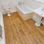 Деревянный пол в ванной комнате