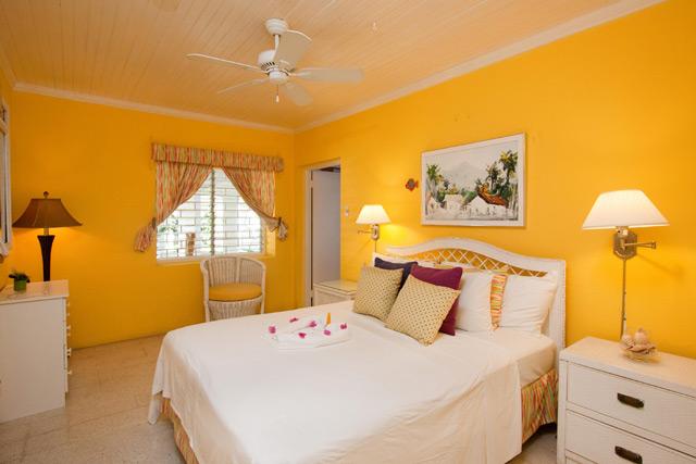 Обои жёлтого цвета в спальне