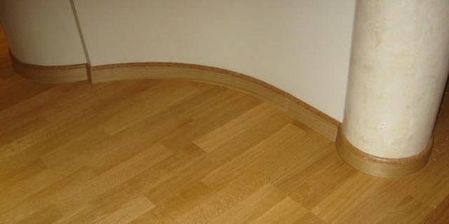 Закругленные стены требуют монтажа специального гибкого плинтуса