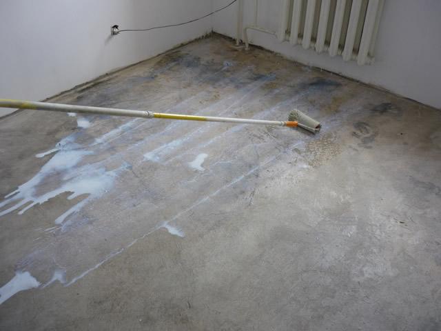 Перед покраской бетонные полы обязательно грунтуют