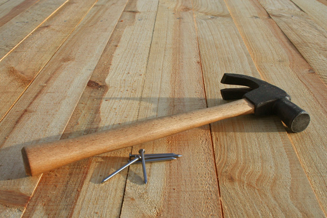 Перед стяжкой деревянное покрытие следует подготовить