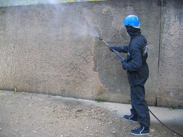 Перед нанесением штукатурки стены должны быть очищены и увлажнены