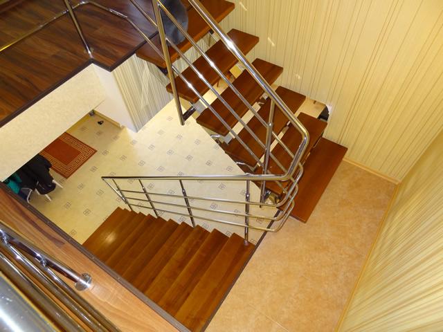 Перила на лестнице необходимы для обеспечения безопасности