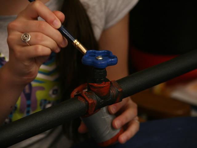 Покрыв ржавую трубу краской, от проблемы Вы не избавитесь