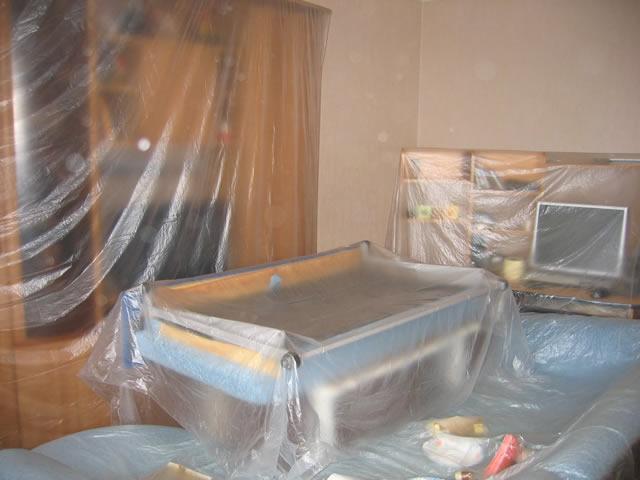 Перед снятием жидких обоев накройте мебель пленкой