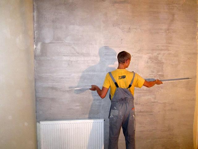 Перед монтажом плинтуса стены важно выровнять