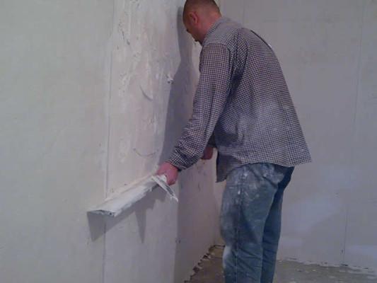 Как выровнять стену штукатуркой своими руками