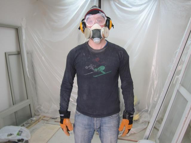 Удалять краску химическими средствами нужно в респираторе