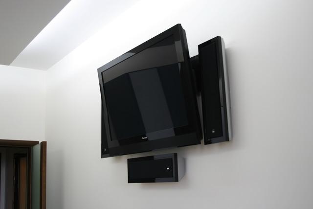 Закреплённый на стене телевизор значительно экономит пространство в комнате