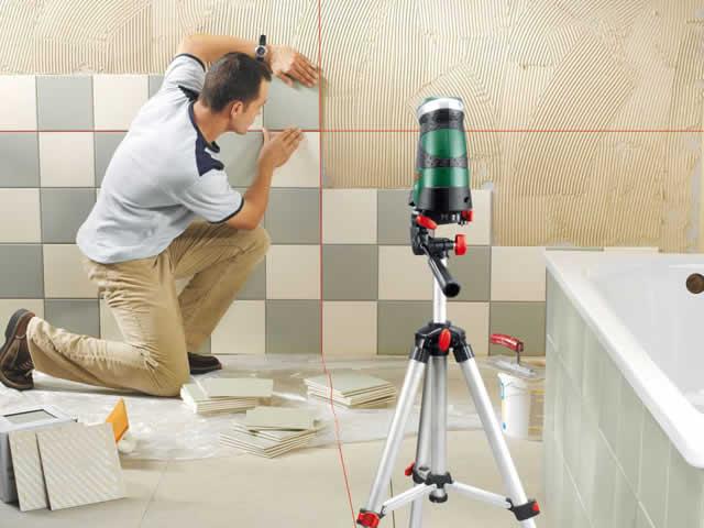 Перед укладкой кафеля на стену нужно обязательно удалить краску