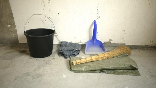 Верхний слой сажи лучше снимать веником или пылесосом