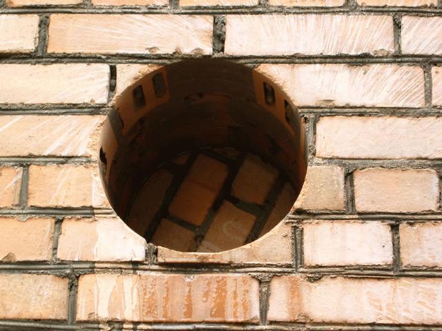 Через дырочку в стене