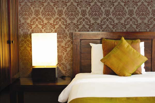 Текстильные обои на флизелиновой основе неплохо скрывают неровности стен