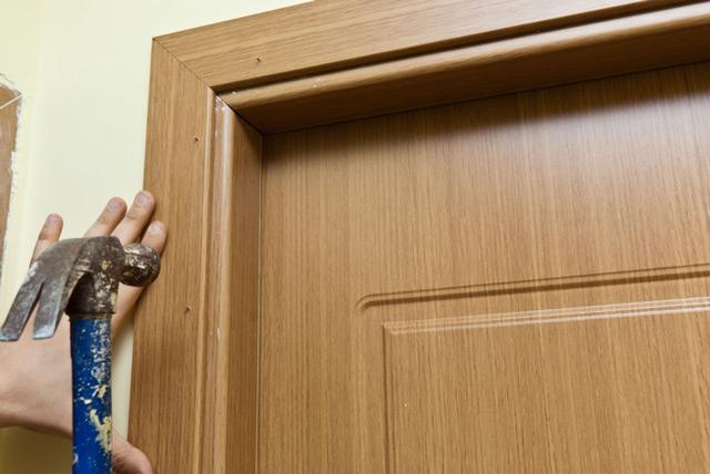Как крепить наличники на межкомнатные двери