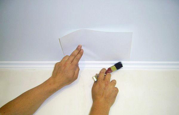 Процесс покраски плинтуса
