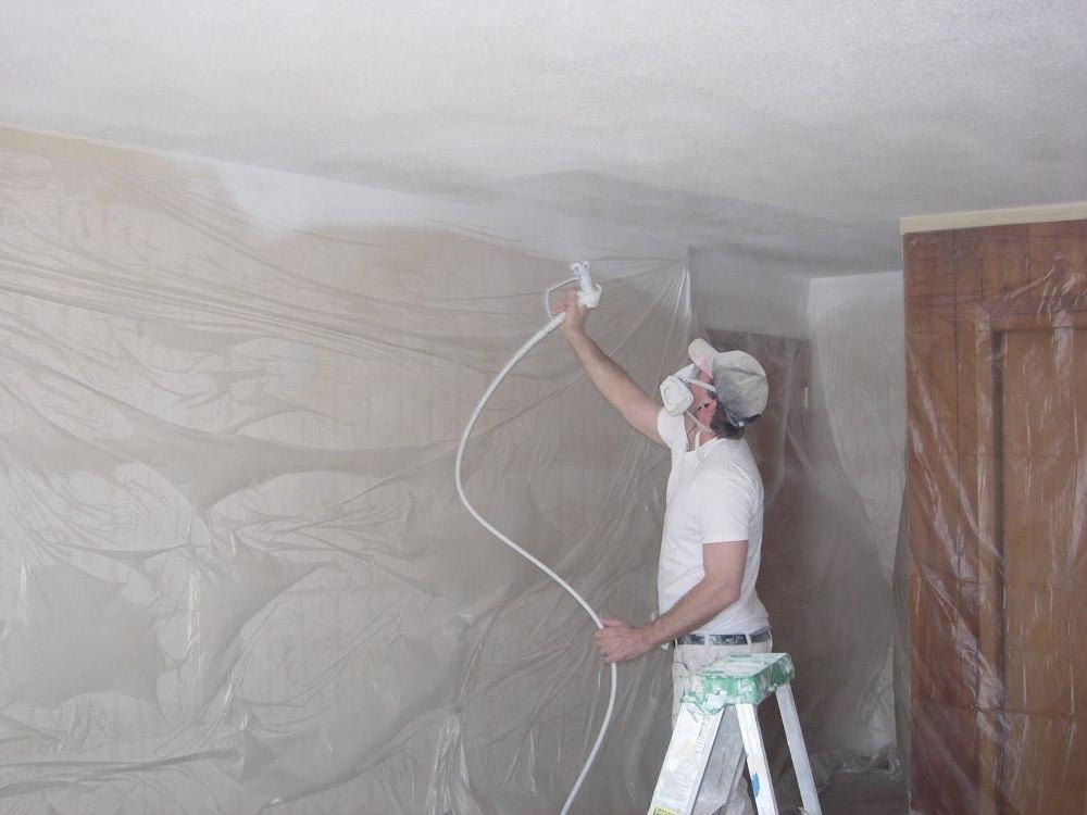 Покраска потолка с помощью краскопульта