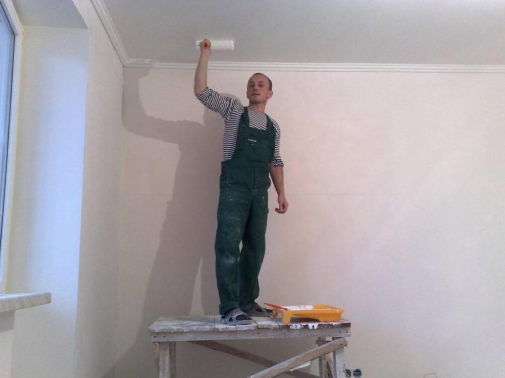 Покраска потолка вручную