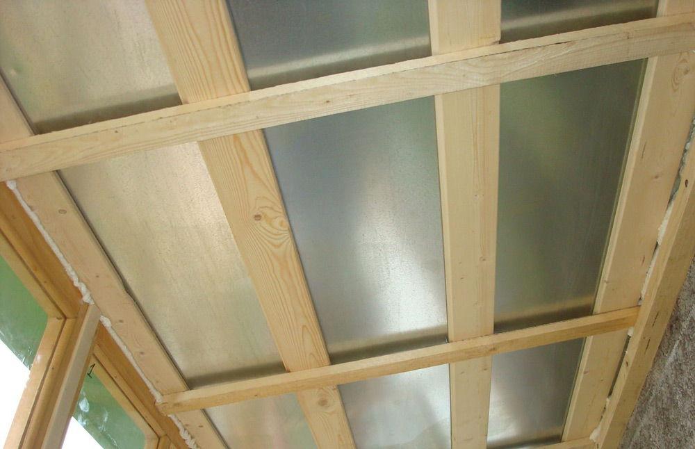 Крыша балкона из профлиста на деревянном каркасе.