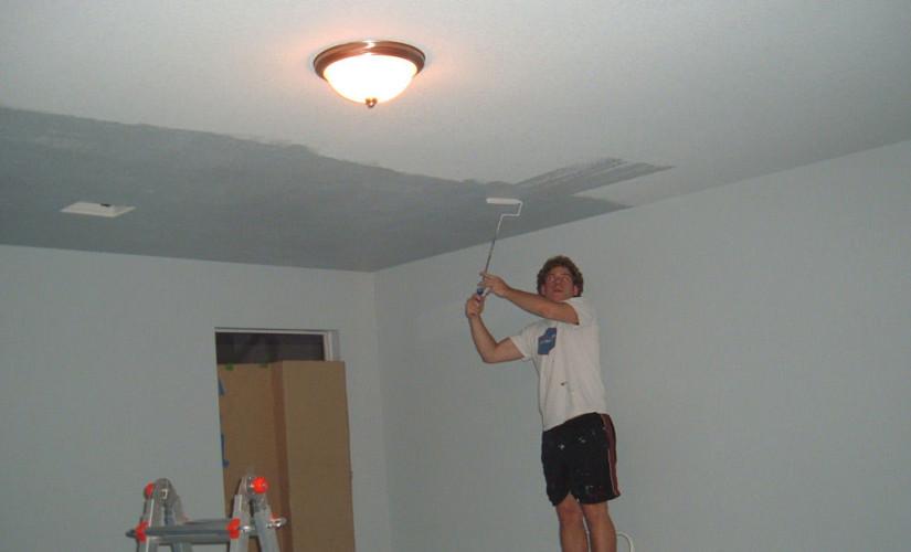Как самостоятельно побелить потолок в квартире