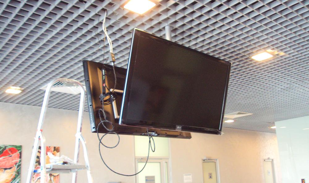 Телевизоры, установленные на потолке