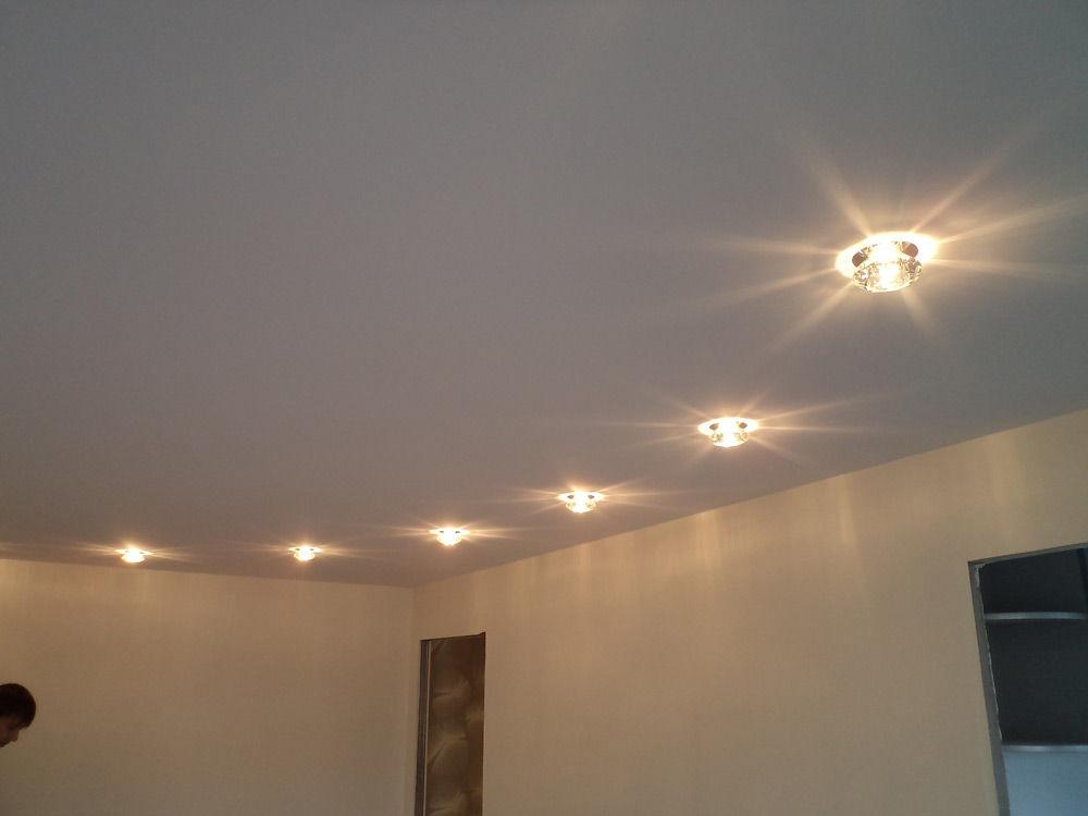 Натяжные потолки полностью скрывают все дефекты