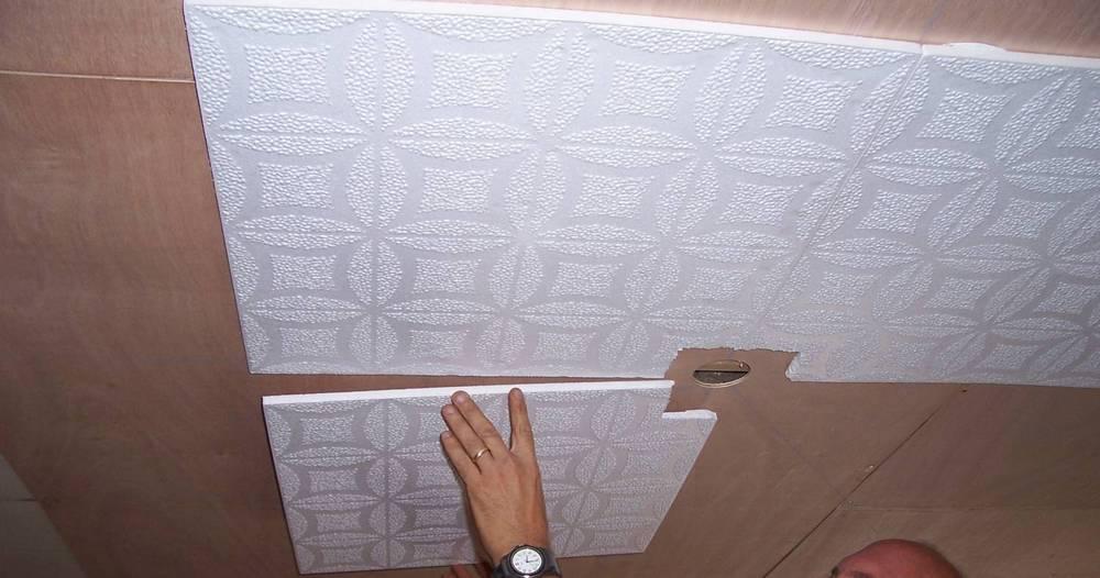Клеем потолочную плитку