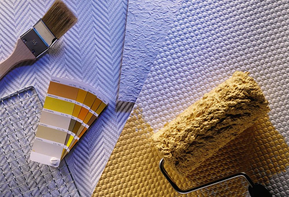 Как покрасить обои на потолке