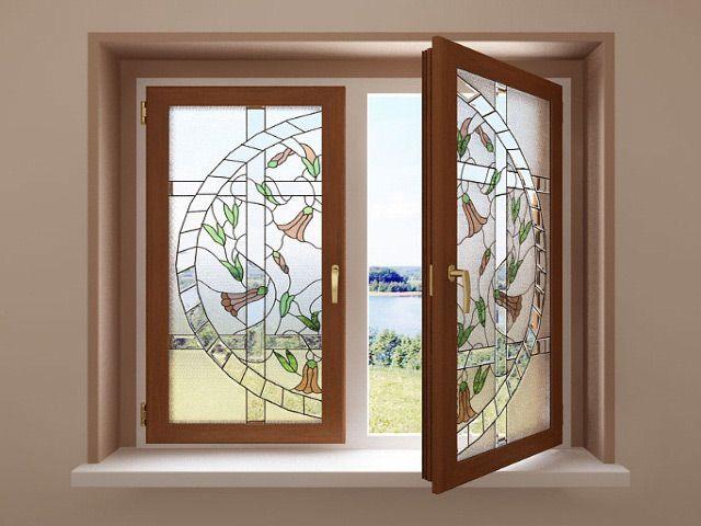 Деревянное окно с витражом