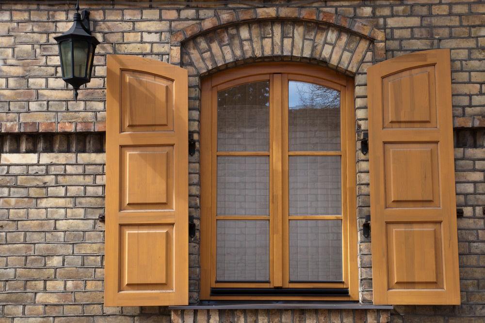 Дом с деревянным окном