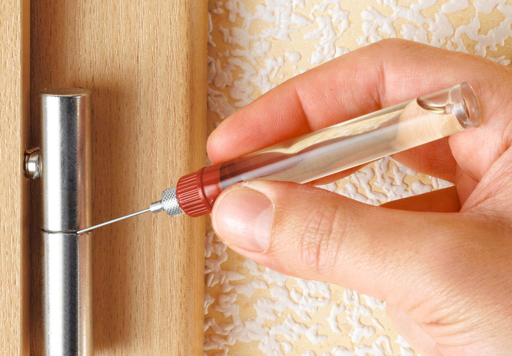 Смазка скрипящих дверей