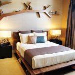 Декоративная полочка в спальне