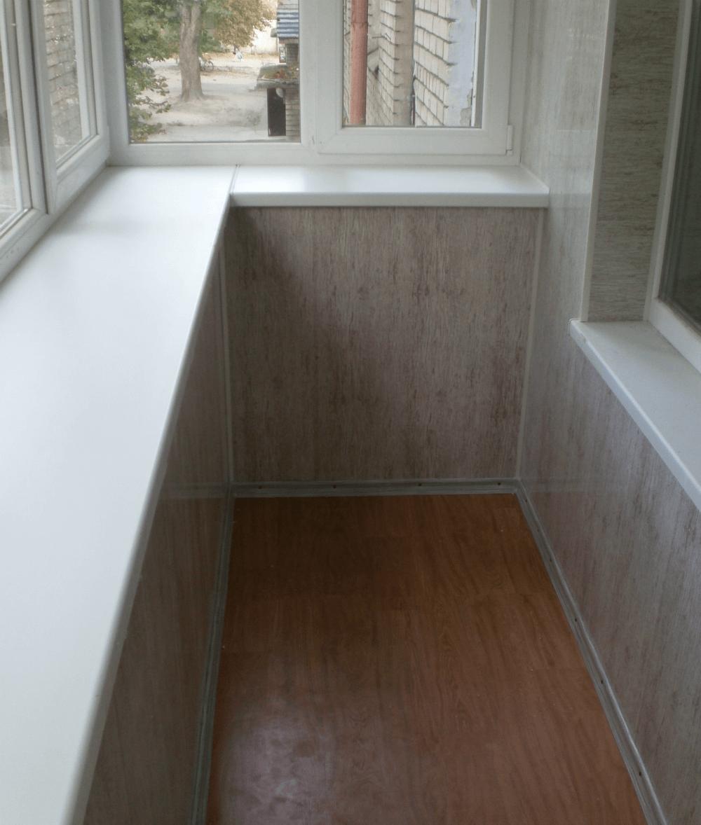 Широкий подоконник на балконе