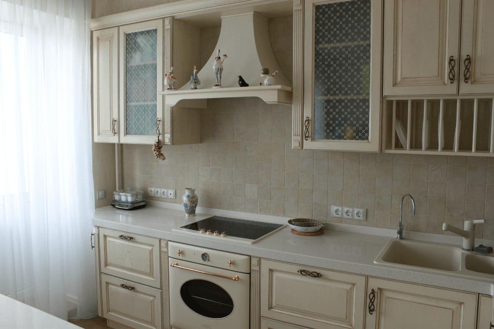 Встроенная техника на кухне в интерьере кантри