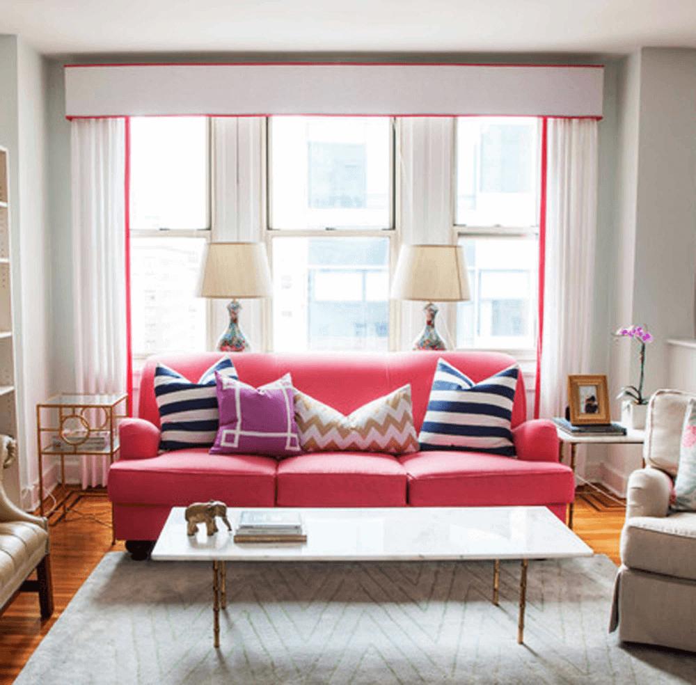 Красный диван с белым столиком в эклетике
