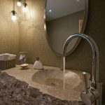 Каменая раковина в ванной