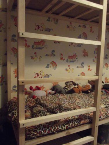 Лестница и игрушки на кровати