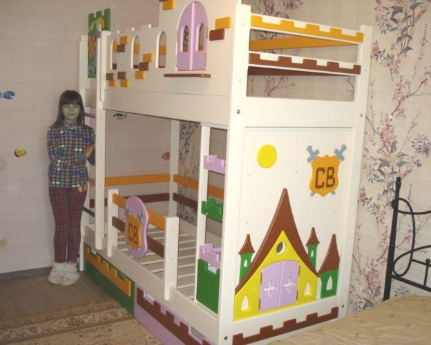 Яркая двухэтажная кровать