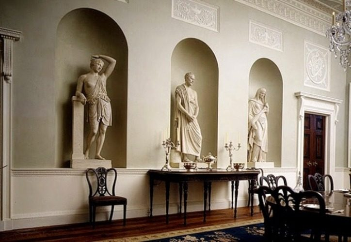 Статуи в гостиной античного стиля