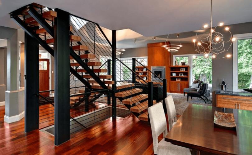 Лестница на второй этаж в гостиной дома