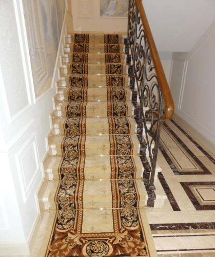 Лестница с ковровой дорожкой на второй этаж дома