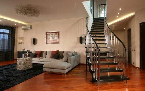 Холл в доме с лестницей