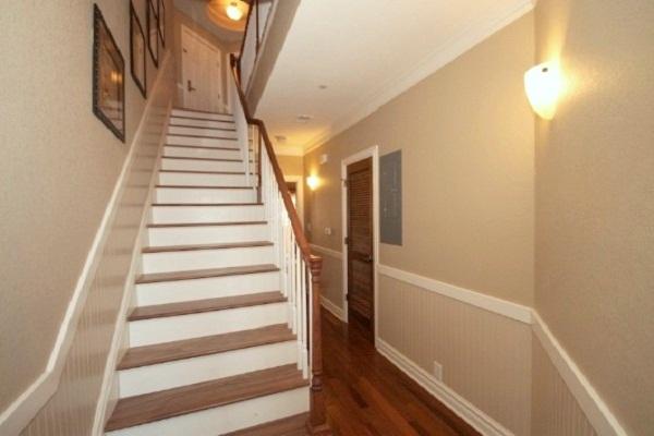 Узкий коридор с лестницей на второй этаж