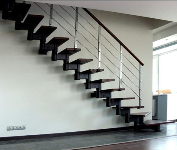 Лестница на второй этаж с металлическими перилами