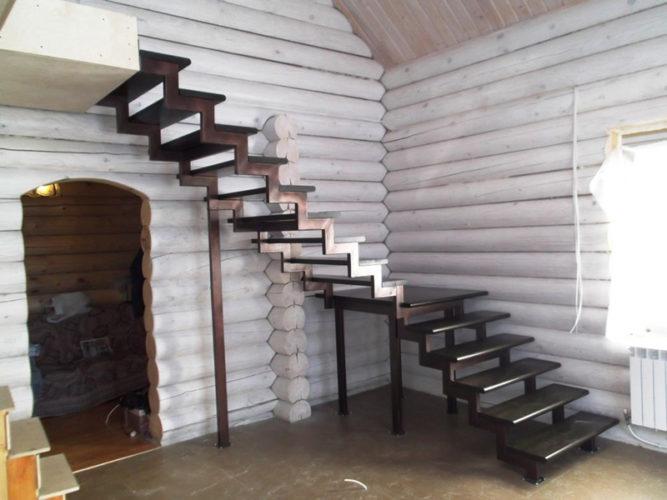 Лестница без перил в деревянном доме