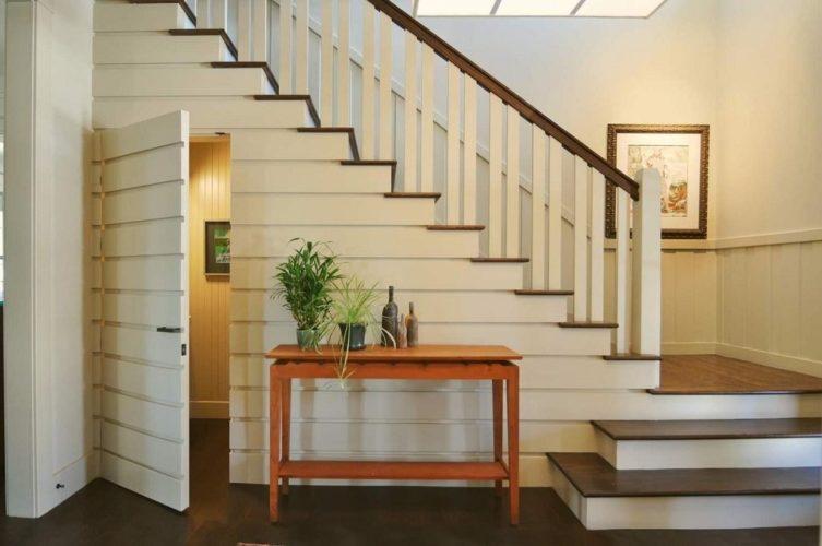 Дизайн деревянной лестницы белого цвета на второй этаж