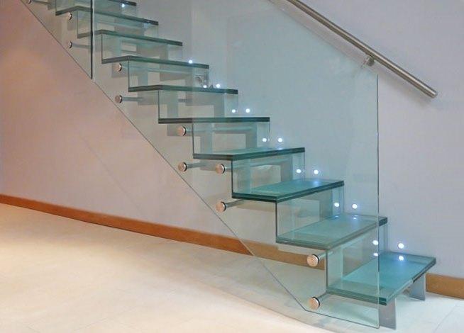 Стеклянная лестница в интерьере дома