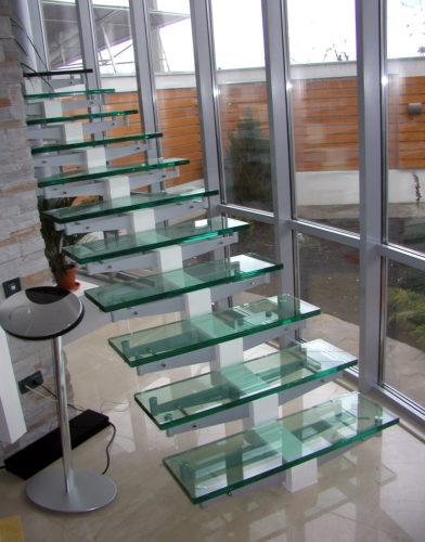 Лестница на второй этаж со стеклянными ступенями