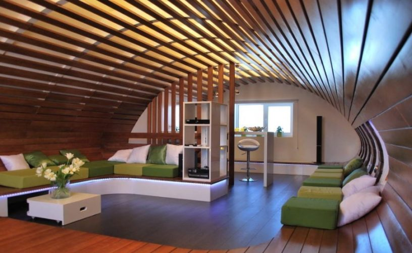 Дизайн мансарды с оригинальным потолком