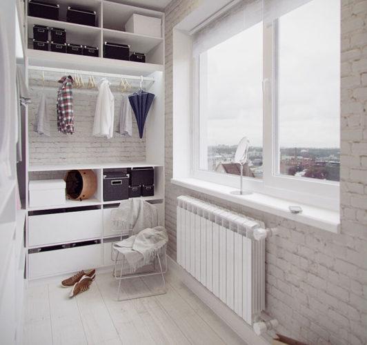 Небольшая гардеробная с окном